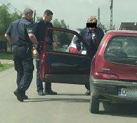 Samochód fiat seicento a przy nim dwóch umundurowanych policjantów i starszy mężczyzna z peruce