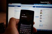 Na tle ekranu komputerowego z otwartą strona facebooka widzimy ekran telefonu z napisem będę cię nękał.